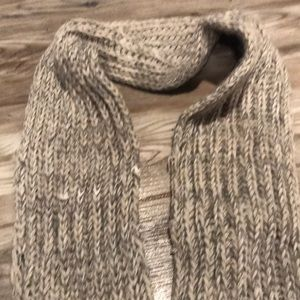 Gray/lightly taupe Knit scarf with Fringed